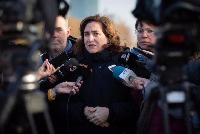 La alcaldesa de Barcelona, Ada Colau, atiende a los medios de comunicación durante su visita por las zonas afectadas por la borrasca 'Gloria' en Barcelona /Catalunya (España), a 24 de enero de 2020.