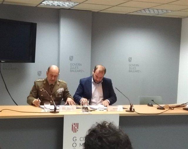 El conseller de Medio Ambiente, Miquel Mir, en la firma del acuerdo con el Ejército.