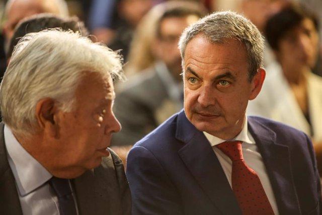 Los expresidentes del Gobierno Felipe González y José Luis Rodríguez Zapatero en el acto de reconocimiento a la cooperación hispano-francesa en la lucha contra el terrorismo en el Palacio de La Moncloa