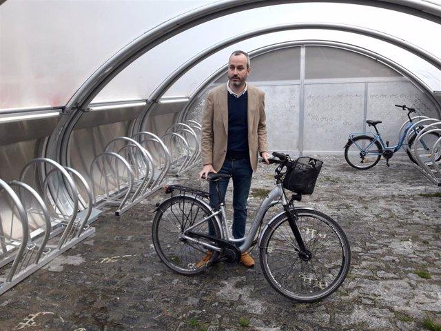 El concejal de Proyectos Estratétigocos, Movilidad y Sostenibilidad de Pamplona, Fermín Alonso, en ek aparcamiento público para bicicletas junto a la plaza de toros.