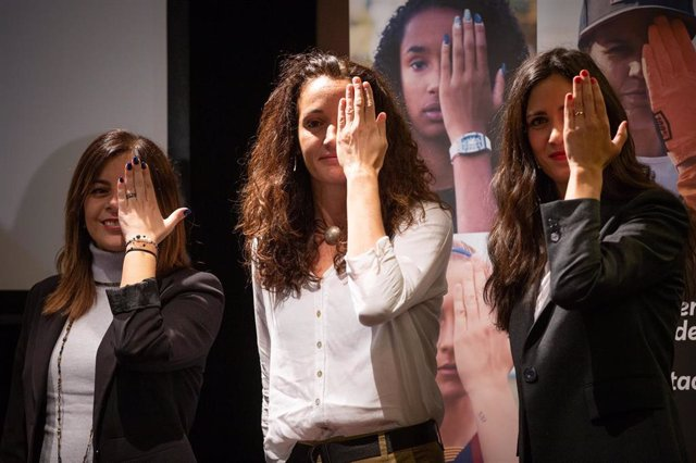 La jugadora de baloncesto Laia Palau, en el centro, presenta la campaña '#ThoEstasPerdent' del CAC, Generalitat y CCMA para promover el deporte femenino en los medios