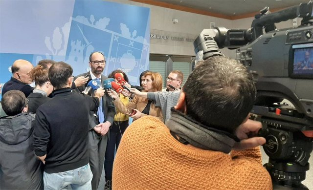 El presidente del Consejo Asesor de Enfermedades Infecciosas Emergentes de Euskadi, Enrique Peirí, tras la reunión para analizar  la situación epidemiológica del nuevo coronavirus de Wuhan