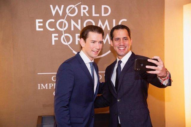 """El autoproclamado """"presidente encargado"""" de Venezuela, Juan Guaidó, con el canciller de Austria, Sebastian Kurz, en Davos"""