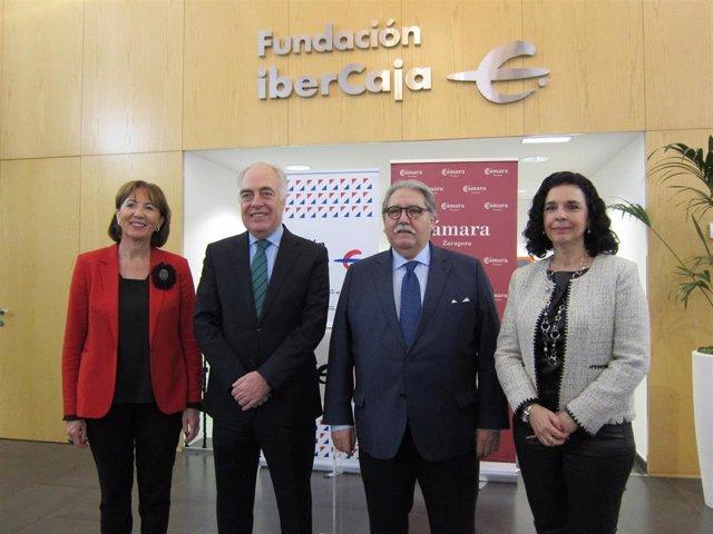 Ana Farré, José Luis Rodrigo, Manuel Teruel y Pilar Fernández, tras suscribir Fundación Ibercaja y Cámara Zaragoza un convenio para el programa 'Forma-T'.