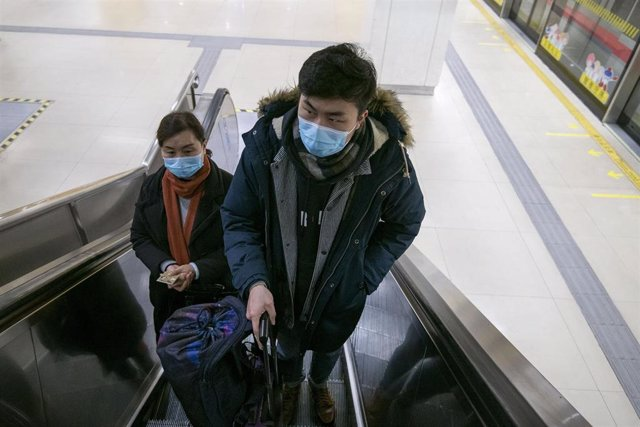 January 24, 2020 - Shanghai, China: Commuters ride the ride an escalator at South Shanghai Railyway Station wearing protective face masks. There has been a marked increase in the use of such face masks in China in wake of the coronavirus outbreak.