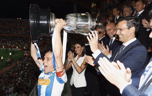 La Real Sociedad, campeón de la Copa de la Reina de fútbol femenino, levanta el trofeo ante la Reina Letizia