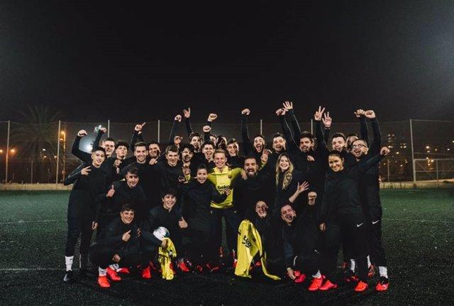El jugador holandés del FC Barcelona Frenkie de Jong con miembros del club de Nike