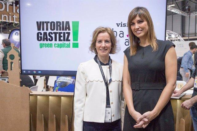 La consejera de Turismo, Sonia Pérez, con la presentadora Sandra Sabatés, en el stand de Euskadi en Fitur.
