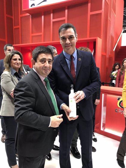 """Reyes pide a Pedro Sánchez que """"siga apostando"""" por la promoción del aceite de oliva jiennense"""