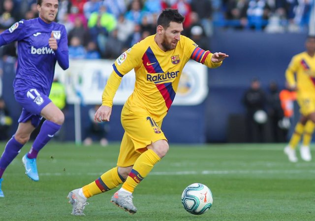LEGANES, SPAIN - NOVEMBER 23:  Lionel Messi, player of FC Barcelona from Argentina controls the ball during the Liga match played between CD Leganes and FC Barcelona at Butarque Stadium on November 23, 2019, in Leganes, Madrid, Spain.