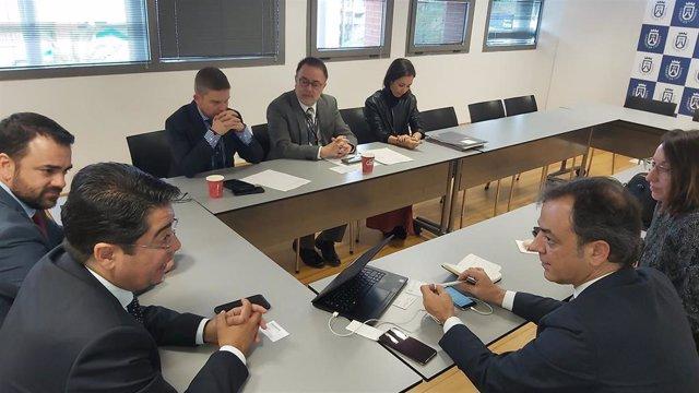 Reunión de la delegación del Cabildo de Tenerife en Fitur con representantes de Volotea