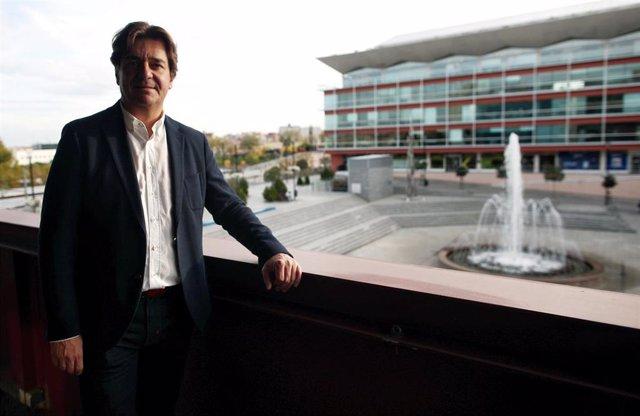 El alcalde de Fuenlabrada, Francisco Javier Ayala, posa tras su entrevista con Europa Press, en Madrid (España), a 28 de octubre de 2019.