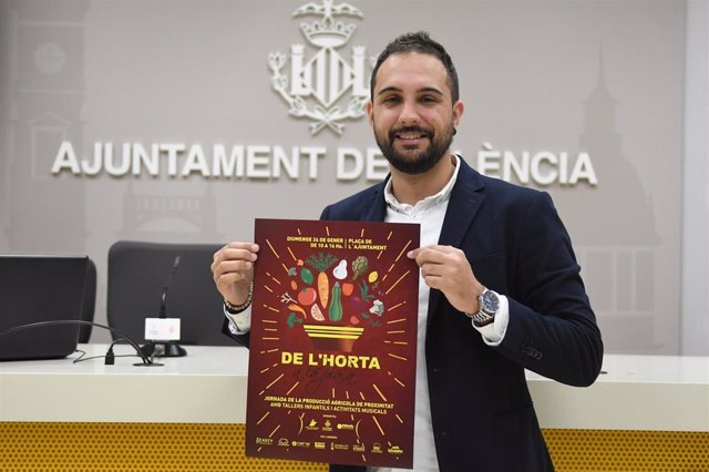 Alejandro Ramón con el cartel de 'De l'horta a la plaça'