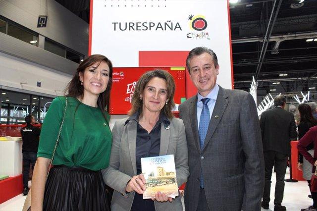 La vicepresidenta de Transición Ecológica y Reto Demográfico, Teresa Ribera, con la guía de los Pueblos más Bonitos de España de la que es portada Chinchón