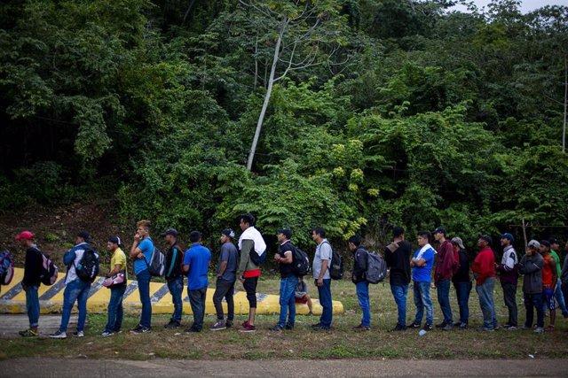 Migranres en la frontera entre México y Guatemala