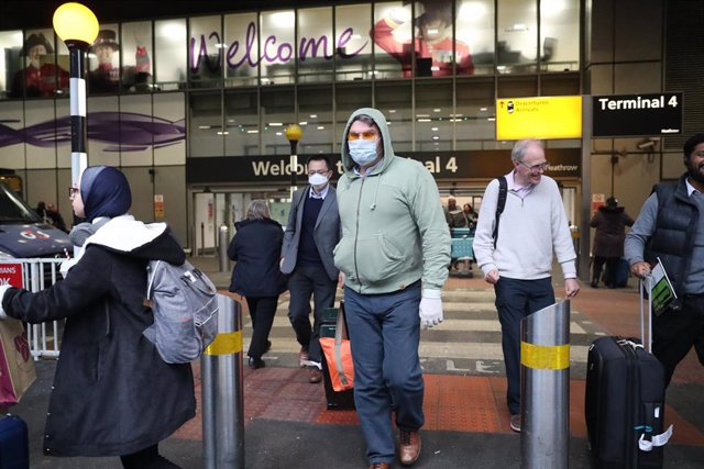 24 January 2020, England, London: Passengers wearing surgical masks leave Heathrow Terminal 4 as the Government's Cobra committee is meeting in Downing Street to discuss the threat to the UK from coronavirus. Photo: Steve Parsons/PA Wire/dpa
