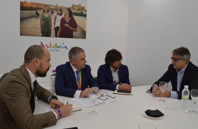 Reunión de representantes de la Junta de Andalucía y Air Europa en Fitur.