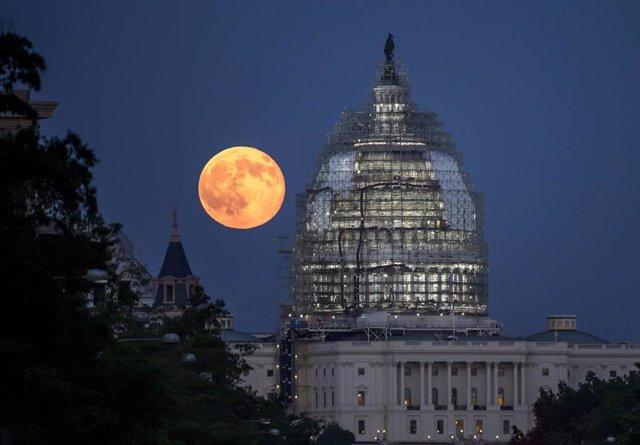 La Luna Azul vista desde el Capitolio de Estados Unidos