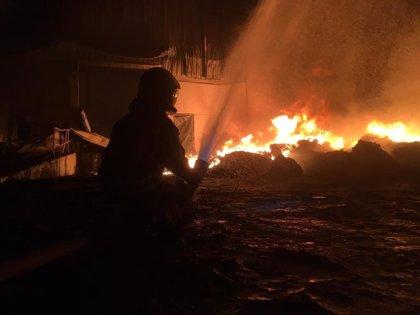 Queda extinguido el incendio que calcinó una nave industrial de plásticos en el polígono de Río do Pozo, en Narón