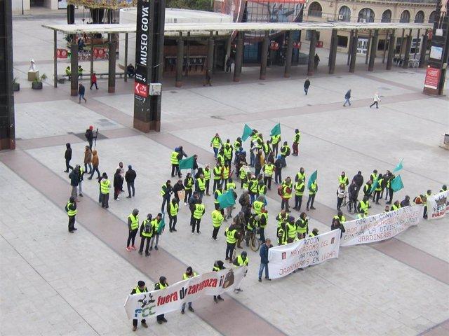 Trabajadores de FCC parques y jardines se concentran ante las puertas del Ayuntamiento de Zaragoza