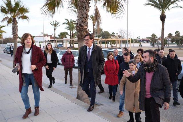 El ministro de Sanidad, Salvador Illa y la delegada del Gobierno en Catalunya, Teresa Cunillera, durante la visita a las zonas del Delta de l'Ebre afectadas por la borrasca 'Gloria', en Riumar (Tarragona) 24 de enero de 2020.