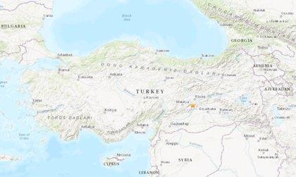 Al menos 15 muertos y medio centenar de heridos por un terremoto en el este de Turquía