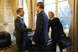 Juan Guaidó y Emmanuel Macron se saludan.