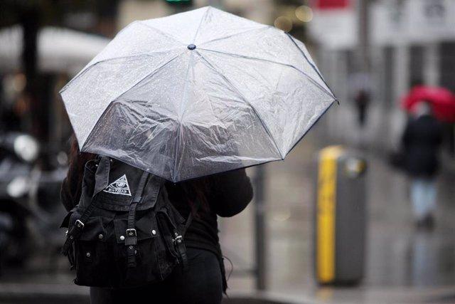 Una persona pasea con paraguas para protegerse de la borrasca `Gloria que deja fuertes lluvias