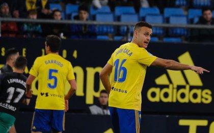 Un gol de Cala en el tiempo añadido da la victoria al Cádiz ante un Racing con diez