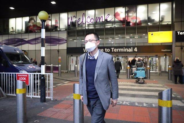 Un pasajero con una máscara para no contagiarse.