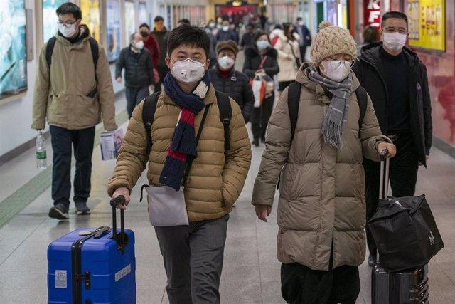 Imagen de ciudadanos en China con una máscara en medio del brote del nuevo coronavirus.