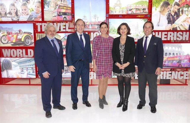 La alcaldesa y concejala de Turismo de Santander en Fitur con representantes de City Sightseeing
