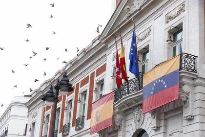 La Real Casa de Correos luce en su balcón principal la bandera de Venezuela para recibir a Guaidó