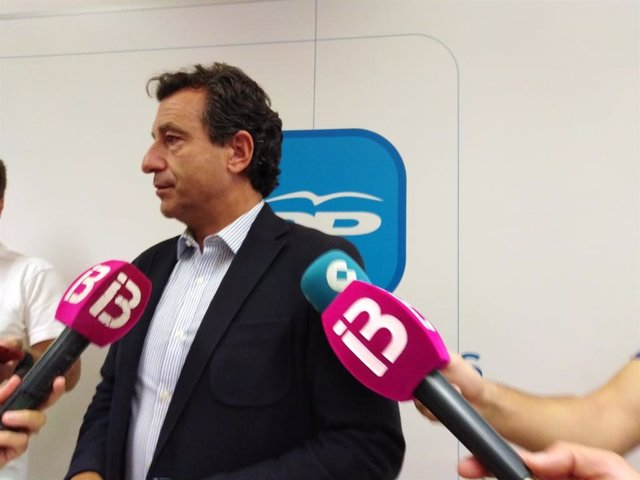 El presidente del PP de Baleares, Biel Company, atendiendo a los medios de comunicación.