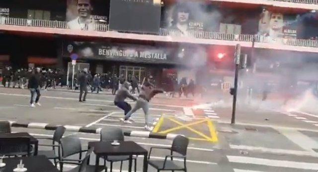 Pelea entre ultras de Valencia y Barça en Mestalla