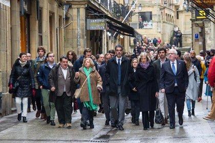 Cientos de personas participan en el acto de descubrimiento de la placa en memoria de Gregorio Ordóñez en San Sebastián