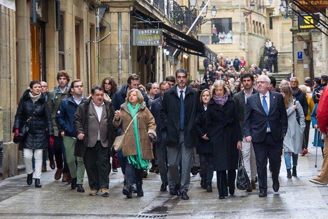 Una comitiva parte desde el Ayuntamiento de San Sebastián, atraviesa la Calle Mayor y se dirige a la Calle 31 de agosto hasta llegar a la altura del bar La Cepa, en el que se cometió el atentado en el que ETA asesinó al político del PP Gregorio Ordóñez