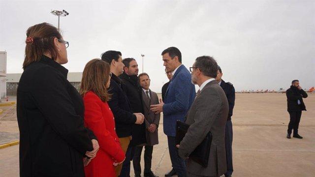 El alcalde José Miguel Luengo junto al resto de alcaldes saludando al presidente del Gobierno, Pedro Sánchez
