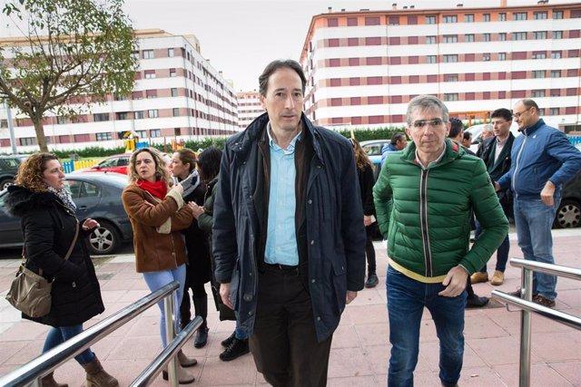 Gochicoa y Díaz en una ruenión con vecinos del barrio de Nueva Montaña donde se desplomó un parking