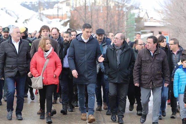 El presidente del Gobierno, Pedro Sánchez, visita la zona golpeada por la borrasca 'Gloria'. A su derecha, el presidente del Gobierno de Aragón, Javier Lambán. En Cantavieja (Teruel/Aragón/España) a  25 de enero de 2020.