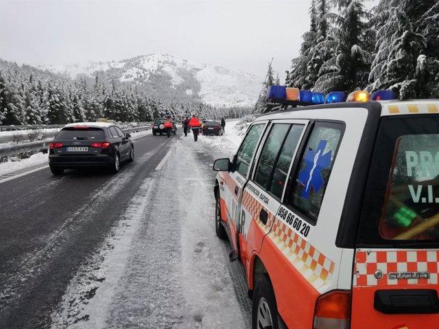Protección Civil actúa por una fuerte nevada en el Puerto de la Mora
