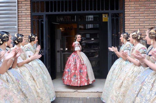 La Fallera Mayor de València 2020, Consuelo Llobell, a la salida de su portal para dirigirse al acto de la Exaltación