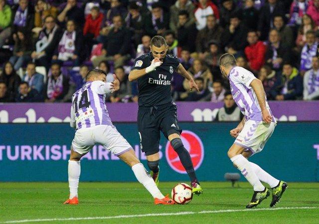 Benzema intenta zafarse de dos jugadores del Real Valladolid en la última visita del Real Madrid al José Zorrilla en LaLiga Santander 2018-19