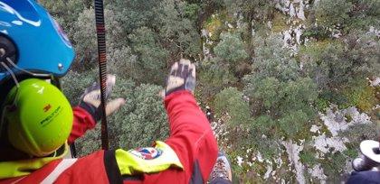 El helicóptero rescata a una pareja perdida en una vía ferrata de Peñarrubia
