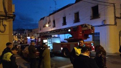 Los bomberos rescatan a dos personas del interior de una vivienda en llamas en Mérida