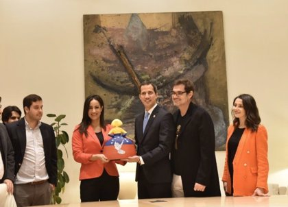 """Villacís regala a Guaidó una 'menina' inspirada en la lucha por """"la libertad de Venezuela"""""""