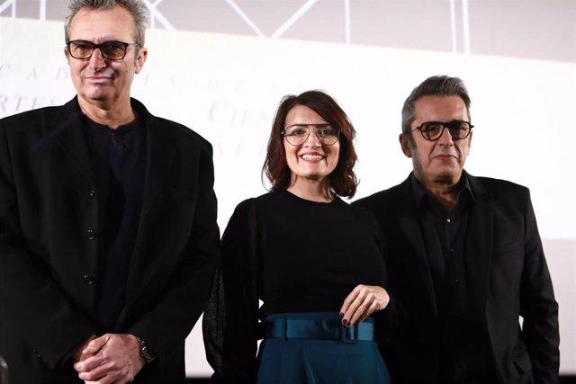 (I-D) El director y presidente de la Academia de Cine, Mariano Barroso, la actriz y humorista, Silvia Abril, y el cómico y presentador, Andreu Buenafuente,  durante la presentación de la gala de los Goya 2020 que se celebrará en Málaga el 25 de enero
