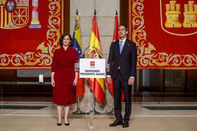 La presidenta de la Comunidad de Madrid, Isabel Díaz Ayuso (i), mantiene un encuentro con el presidente de la Asamblea Nacional de Venezuela, Juan Guaidó (d), en Madrid a 25 de enero de 2020