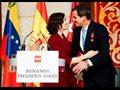 Ayuso entrega la Medalla de la Comunidad a Guaidó, momento