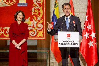 """Ayuso entrega la Medalla de la Comunidad a Guaidó, momento """"histórico para la libertad"""" ante la """"tiranía"""""""